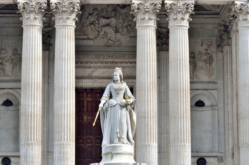 Statue der Königin Victoria vor St. Pauls lizenzfreies stockbild