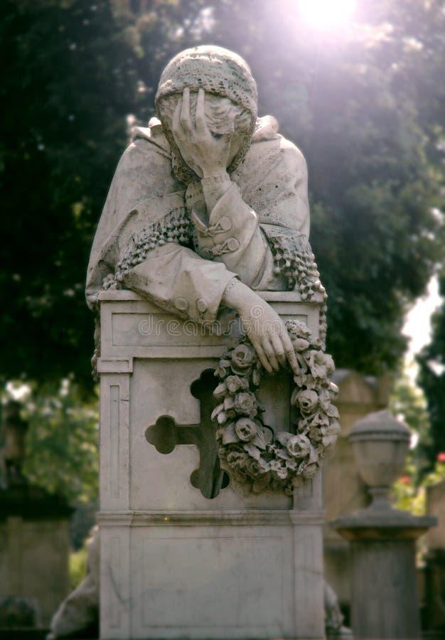 Statue der Sorgen machenden Frau mit einem Kranz von Blumen in ihrer Hand stockfotos