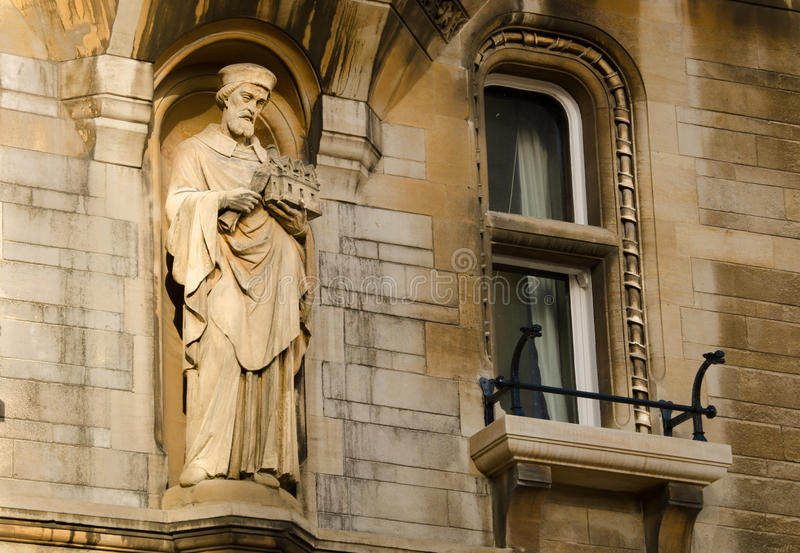 Statue an der Universität von Cambridge stockfotos