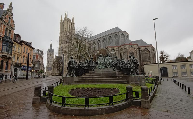Statue der Van Eyck-Brüder in der historischen Mitte von Gent, Belgien stockbilder