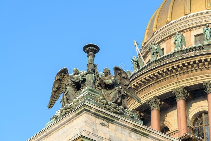 Statue des anges sur le toit de la cathédrale du ` s d'Isaac de saint en hiver St Petersburg Russie photos libres de droits