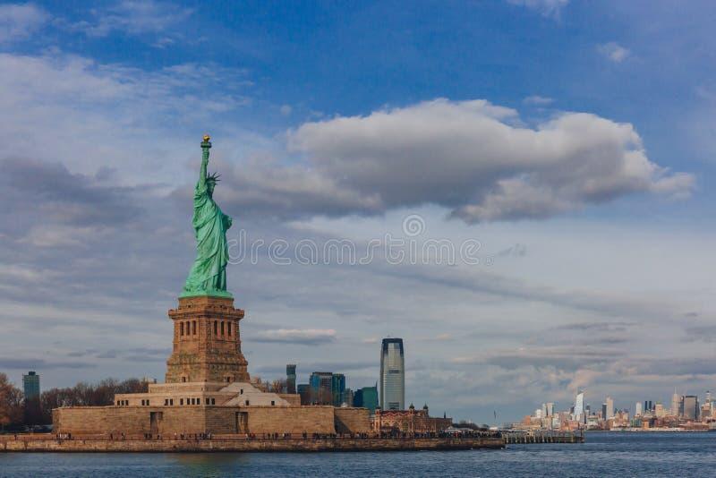 Statue des bâtiments de négligence de liberté de Jersey City et de Manhattan par l'eau, à New York City, les Etats-Unis photo libre de droits