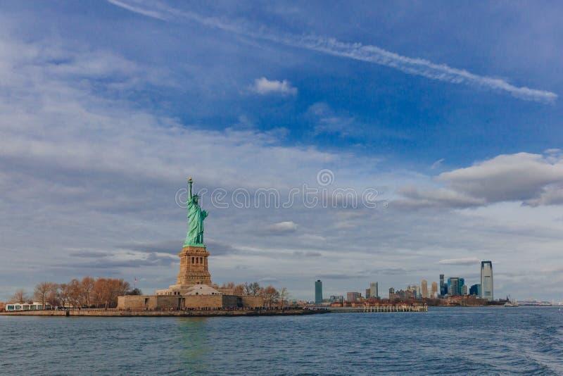 Statue des bâtiments de négligence de liberté de Manhattan du centre par l'eau, à New York City, les Etats-Unis images libres de droits