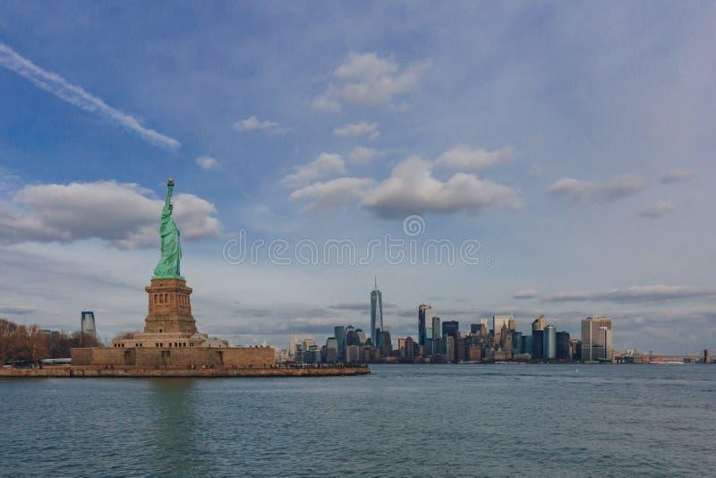 Statue des bâtiments de négligence de liberté de Manhattan du centre par l'eau, à New York City, les Etats-Unis photo stock