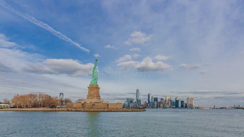 Statue des bâtiments de négligence de liberté de Manhattan du centre par l'eau, à New York City, les Etats-Unis photographie stock