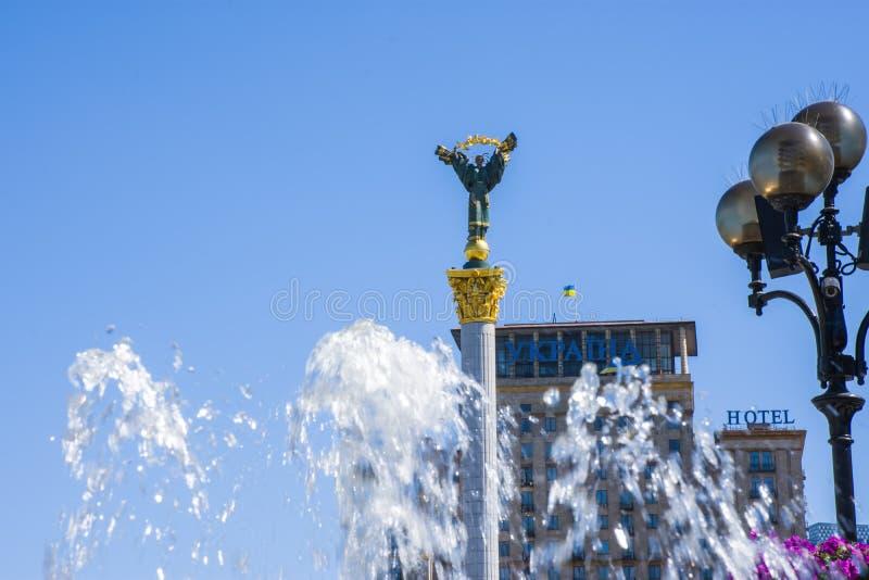 Statue des Berehynia auf dem Unabhängigkeits-Quadrat im Hintergrund und im Wasser des Brunnens im Vordergrund als Symbol von sonn lizenzfreie stockfotos