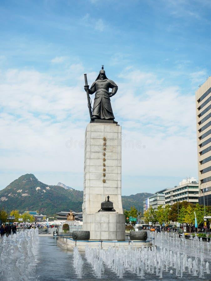 Statue des Brunnens des Admirals Yi Sun-Sin und des Wassers stockfotografie