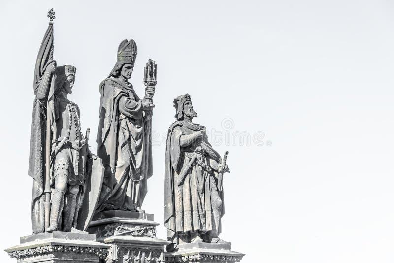 Statue des chevaliers et du prêtre chez Charles Bridge à Prague, République Tchèque, heure d'été images stock
