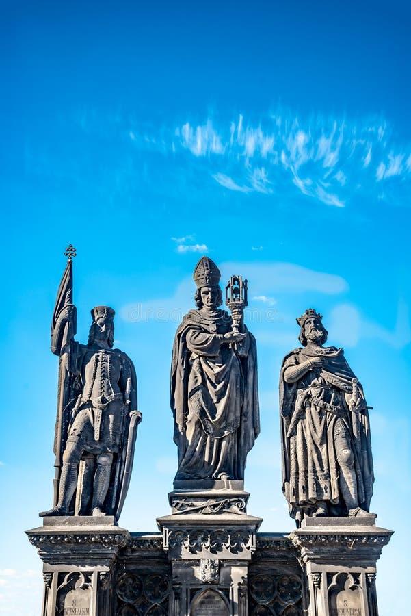 Statue des chevaliers et du prêtre chez Charles Bridge à Prague, République Tchèque, heure d'été, ciel bleu photos libres de droits