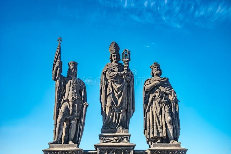 Statue des chevaliers et du prêtre chez Charles Bridge à Prague, République Tchèque, heure d'été, ciel bleu photo stock