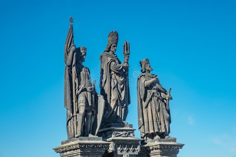 Statue des chevaliers et du prêtre chez Charles Bridge à Prague, République Tchèque, heure d'été, ciel bleu photographie stock
