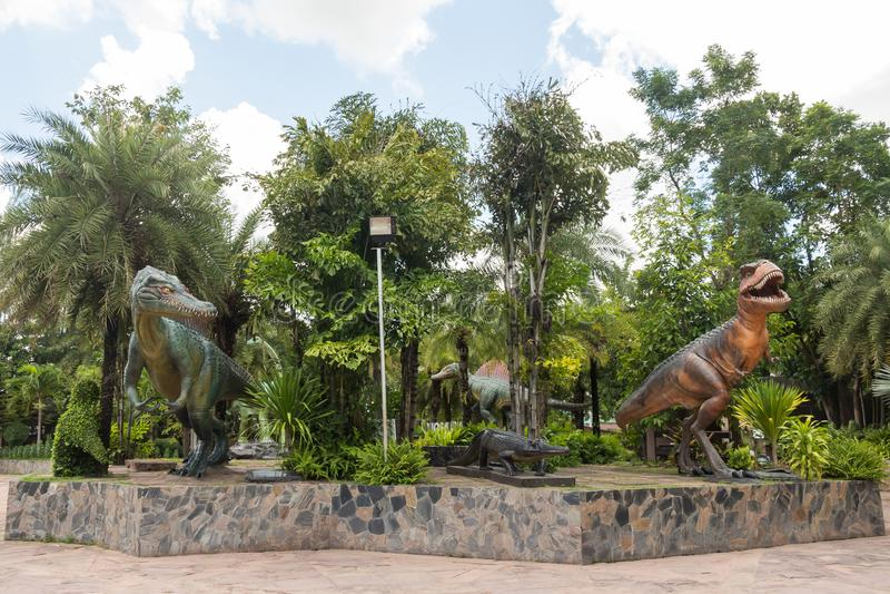 Statue des dinosaures à la partie extérieure du musée de Sirindhorn, Kalasin, Thaïlande photographie stock