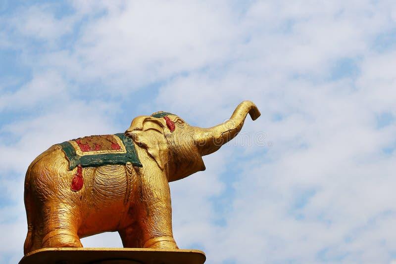 Statue des Elefanten auf einem Hintergrund des blauen Himmels lizenzfreie stockbilder