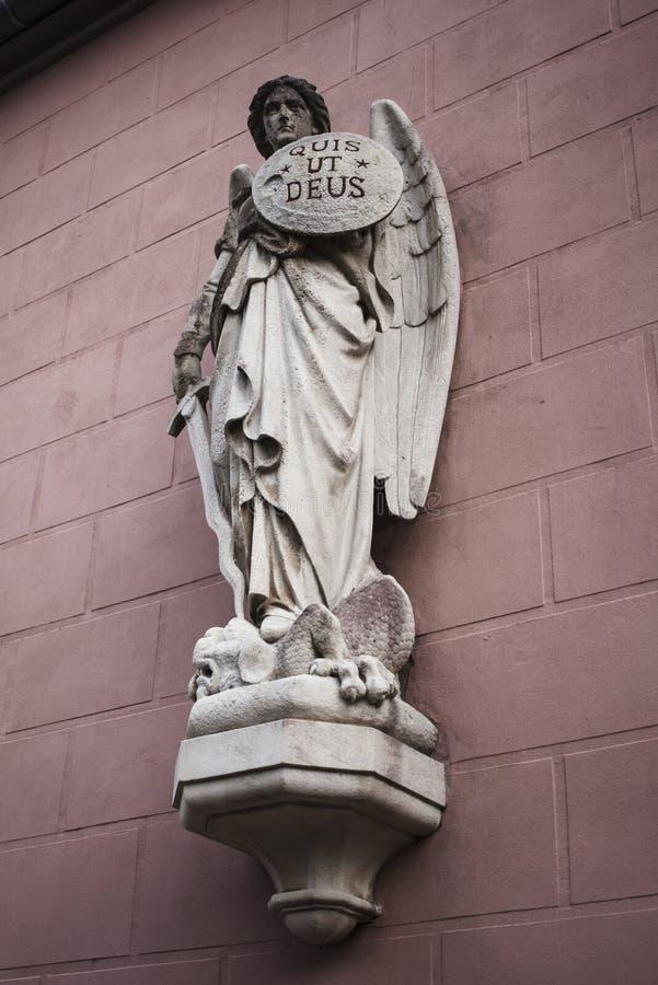 Statue des Erzengels Michael stockfotos