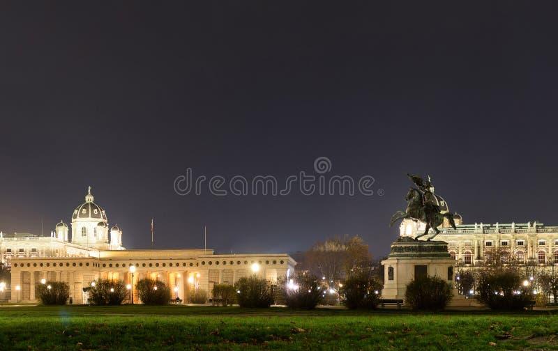 Statue des Erzherzogs Karl Ludwig John auf heldenplatz nachts stockfotografie