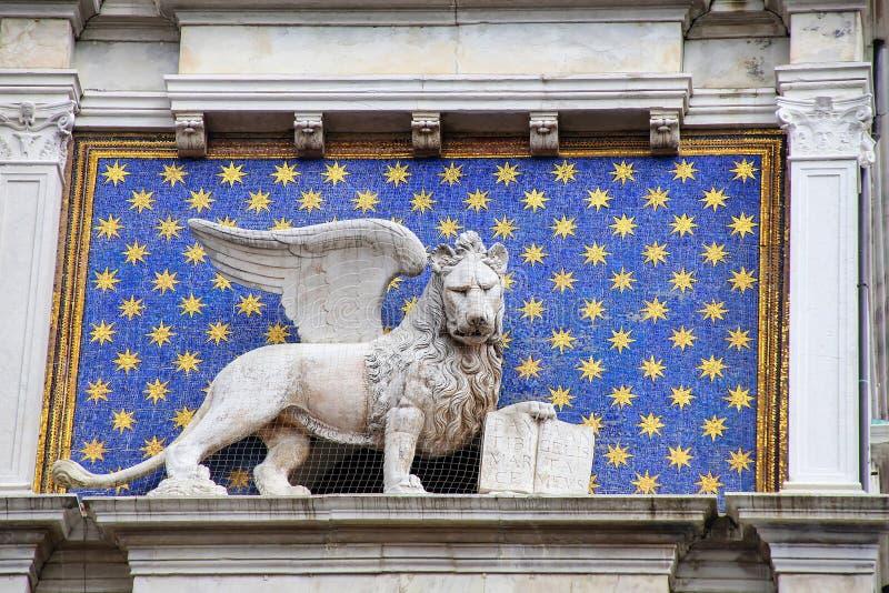 Statue des gefl?gelten L?wes auf dem Glockenturm bei Piazza di San Marco in Venedig, Italien stockfotos