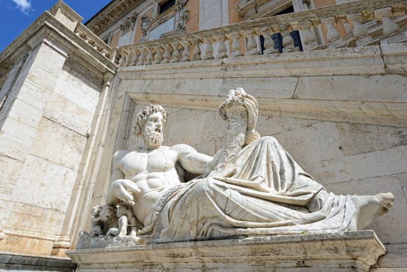 Statue des Gottes (Tiber) mit Fülle stockfoto