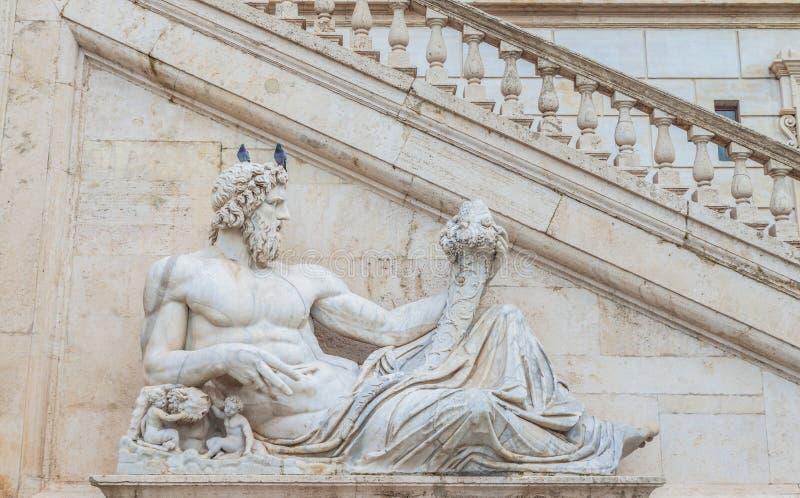 Statue des Gottes (Tiber) mit Fülle bei quadratischem Piazza Del Campidoglio rom stockbilder
