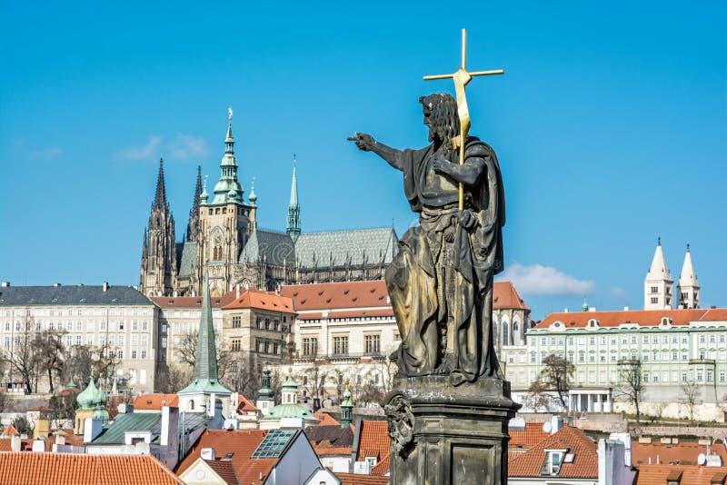Statue des Heiligen, des Charles Bridge- und Prag-Schlosses, tschechisches republi lizenzfreies stockbild