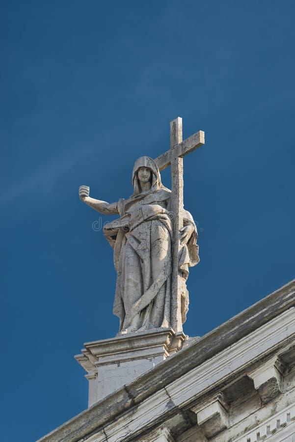 Statue des Heiligen mit Kreuz an katholischer Kirche Sans Stae in Venedig lizenzfreie stockfotografie