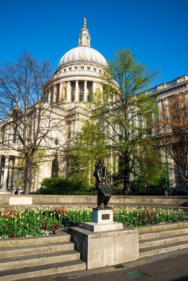 Statue des jeunes amants par Georg Enrlich dans la cimetière de cathédrale du ` s de St Paul, Londres photographie stock libre de droits