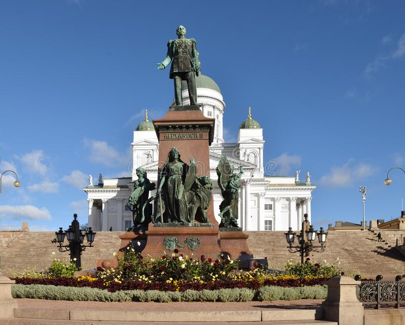 Statue des Kaisers Alexander II. in der Mitte des Senatsquadrats auf Hintergrund von Helsinki-Kathedrale Herbst in Helsinki, Finn lizenzfreie stockfotos