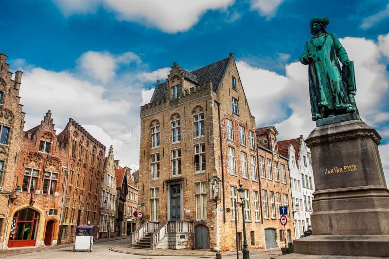 Statue des Malers Jan Van Eyck an der historischen Stadt von Brügge lizenzfreies stockfoto