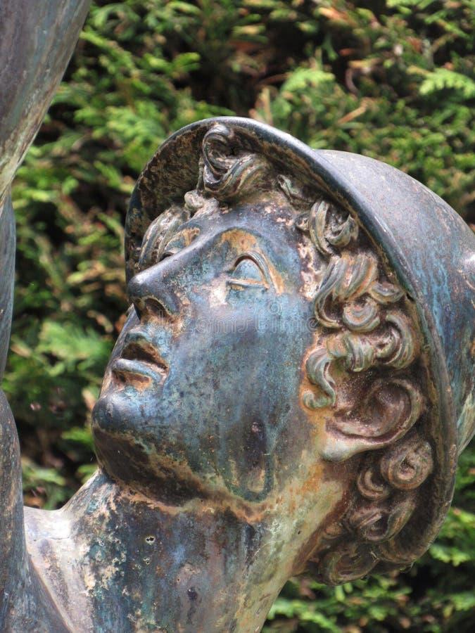 Statue des Mann verwelkten Regens stockbilder