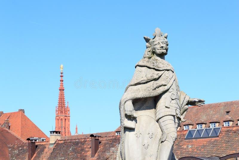 Statue des Pippinapfels das jüngere und der Kirchturm von Marienkapelle in Würzburg, Deutschland stockbilder