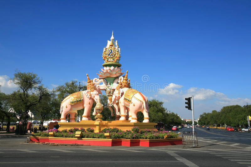 Statue des rosafarbenen Elefanten verziert auf Sanam Luang stockfotografie