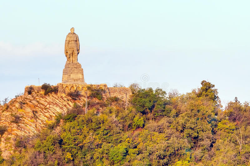 Statue des sowjetischen Soldaten auf dem Hügel Plowdiw, Bulgarien lizenzfreie stockfotos