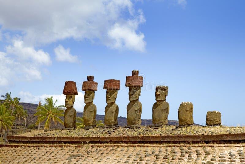 Statue di Ahu Nau Nau Moai, spiaggia di Anakena, isola di pasqua, Cile fotografie stock libere da diritti