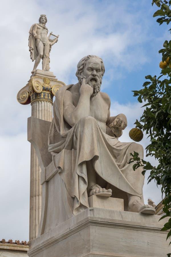 Statue di Apollo e di Socrates davanti all'accademia di Atene, Grecia fotografie stock libere da diritti