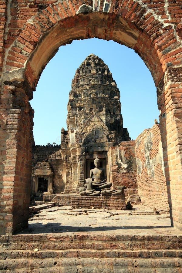 Statue di Buddha con le scimmie fotografia stock
