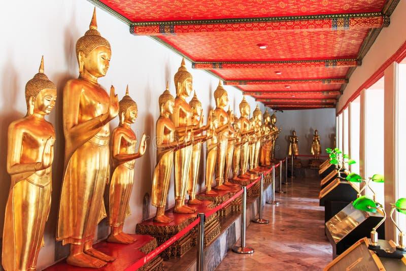 Statue di Buddha dentro il tempio di Wat Pho, conosciuto anche come il tempio del Buddha adagiantesi immagine stock libera da diritti