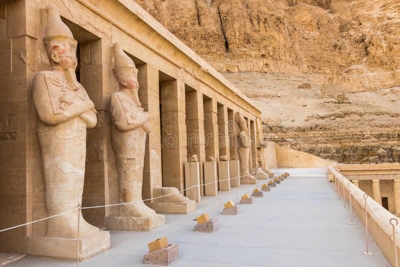 Statue di Hatshepsut dalle colonne sull'pi? alto terrazzo del tempio mortuario di Hatshepsut, Luxor fotografia stock libera da diritti