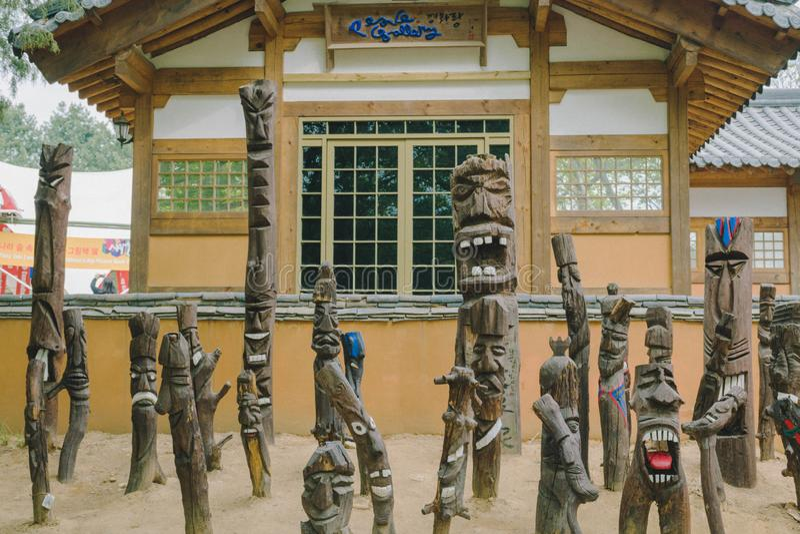 Statue di legno con i fronti a Nami Island, Corea del Sud fotografie stock libere da diritti