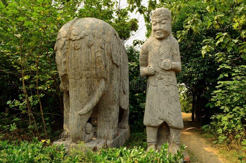 Statue di pietra delle tombe di dinastia di canzone del custode e dell'elefante fotografia stock libera da diritti