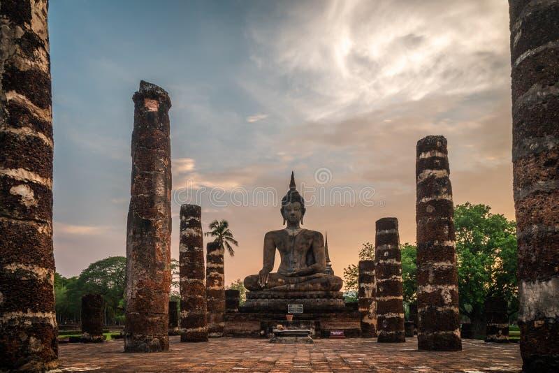 Statue di Sukhothai Wat Mahathat Buddha alla capitale antica di Wat Mahathat di Sukhothai Tailandia Il parco storico di Sukhothai fotografie stock