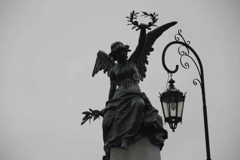 Statue, die Krone, Recoleta-Kirchhof anhebt CABA stockfoto