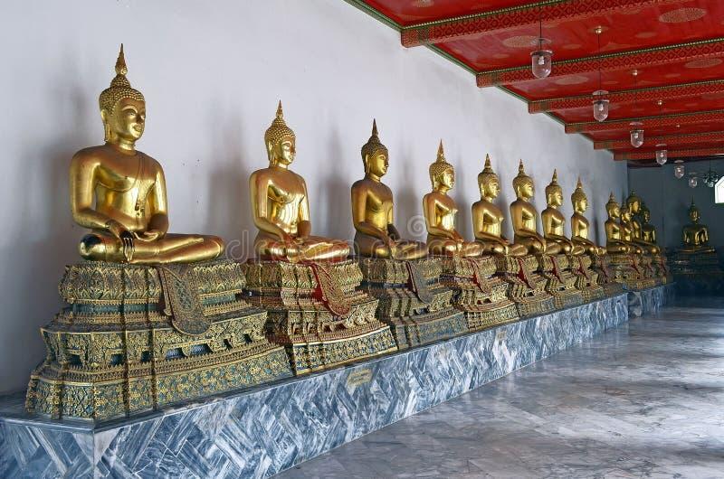 Statue dorate di Buddha in Wat Pho fotografie stock