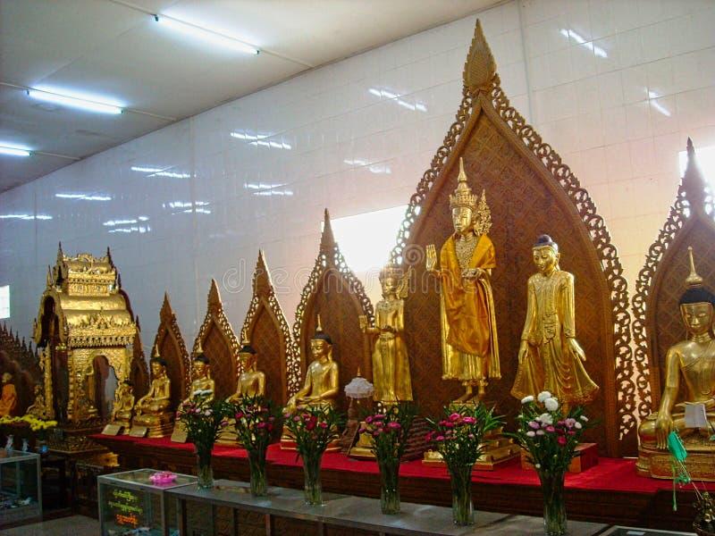 statue dorate in un tempio in Birmania fotografia stock