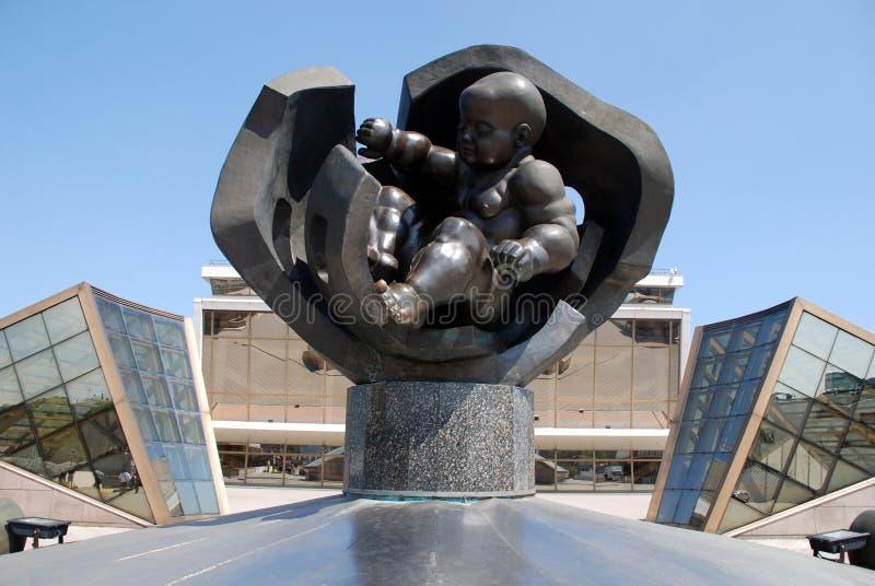 Statue du bébé et du port maritime d'or à Odessa, Ukraine images stock