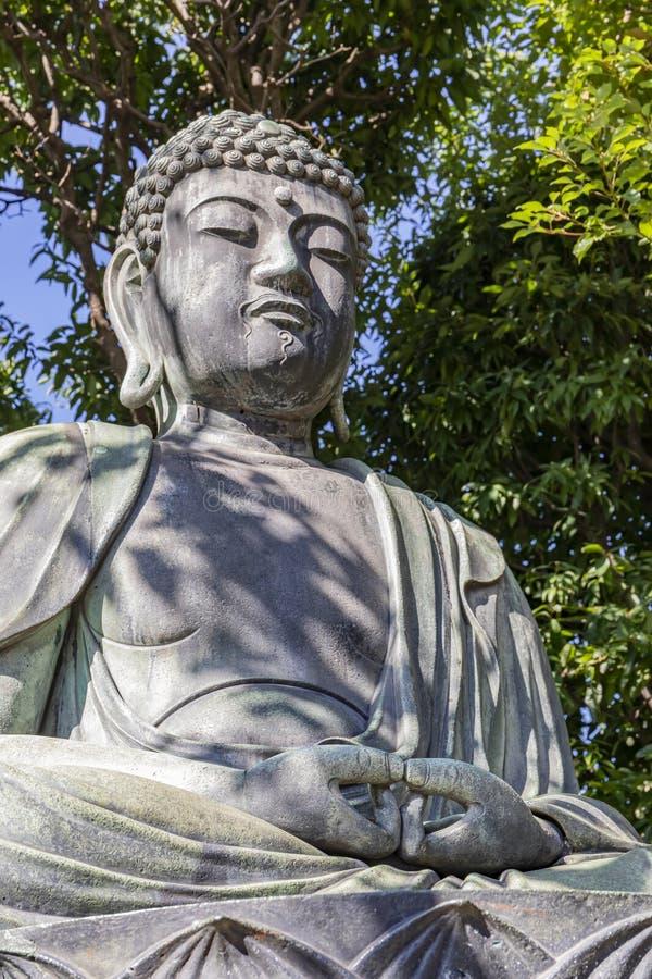 Statue du Bouddha à côté du temple Senso - Ji à Tokyo, Japon photos stock