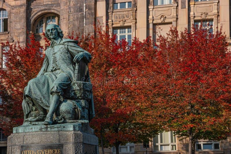Statue du grand scientifique Otto Guericke au Magdeburg aux couleurs rouge et or de l'automne, Allemagne photo libre de droits