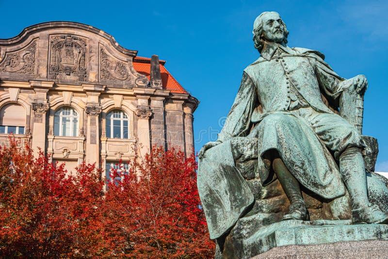 Statue du grand scientifique Otto Guericke au Magdeburg aux couleurs rouge et or de l'automne, Allemagne photographie stock libre de droits