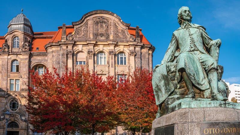 Statue du grand scientifique Otto Guericke au Magdeburg aux couleurs rouge et or de l'automne, Allemagne photos libres de droits