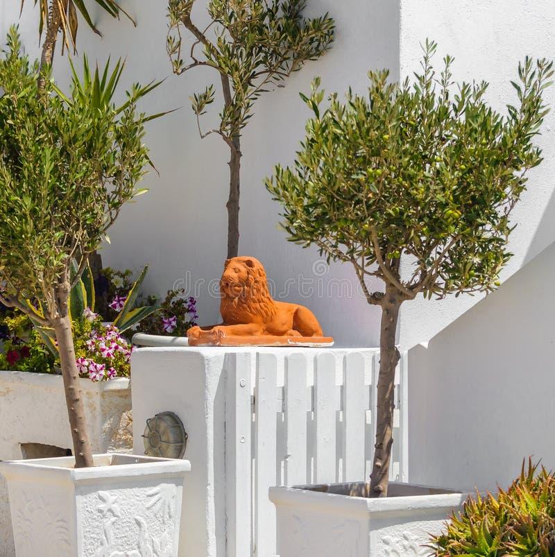 Statue du grec ancien de lion sur l'île de Santorini dans la ville d'Oia photo stock