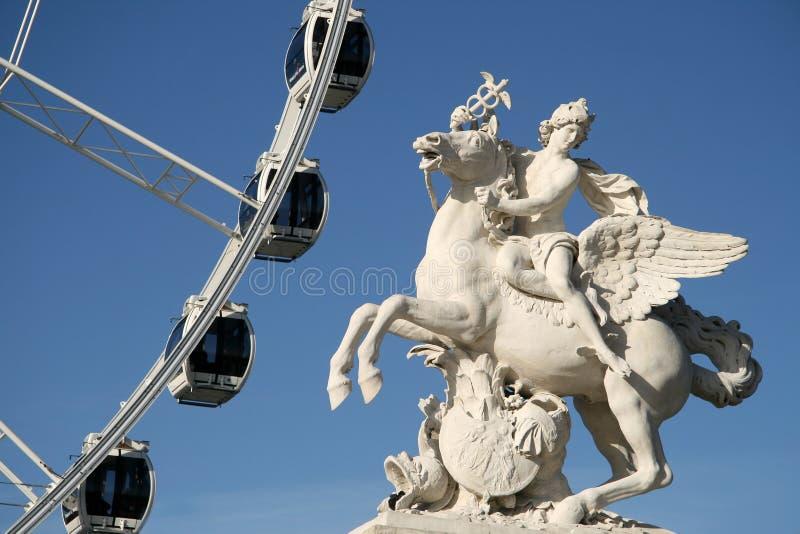 Statue du roi de la renommée montant Pegasus sur le Place de la Concorde avec la roue de ferris, Paris, France image libre de droits