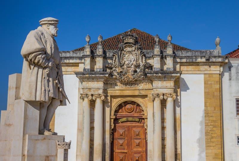 Statue du Roi Joao III sur la place d'université de Coimbra image libre de droits